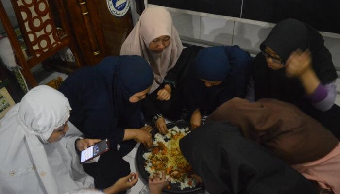 Makan bersama seusai pembacaan sholawat burdah