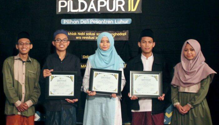 Pemberian cinderamata kepada para juri PILDAPUR IV