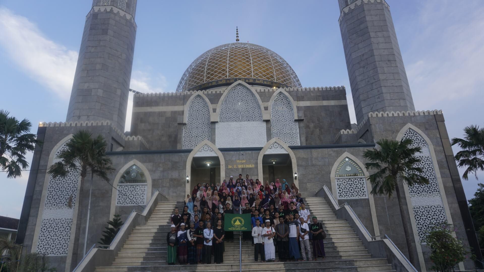 Foto bersama di Masjid Moeldoko