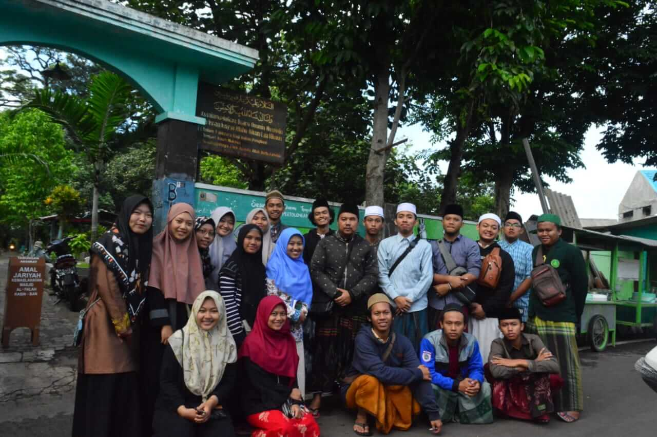 Foto bersama di Makam Kyai H. Oesman Mansyoer
