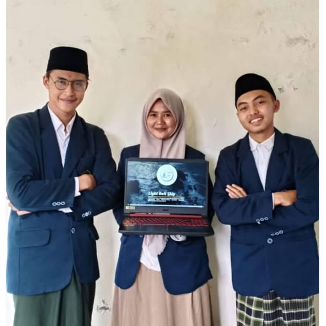 (Kiri ke kanan) Mohammad Risal Habibullah, Lia Wilda Izzati dan Ahmad Shofi Nurur Rizal foto bersama usai mengikuti lomba LKTI Al-Qur'an 6th Dormitory Competition