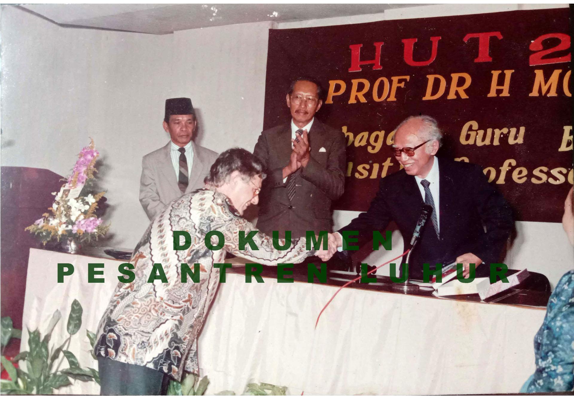 Prof. Dr. Moch Koesnoe yang sedang bersalaman dengan tamu dalam acara HUT 25 Tahun Prof. Dr. H. Moch Koesnoe Sebagai Guru Besar dan Visiting Professor di Hotel Pelangi
